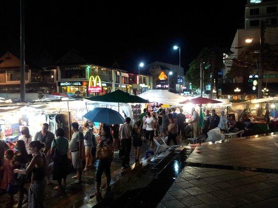 Le Meridien Chiang Mai: Mercadillo nocturno a la puerta del hotel