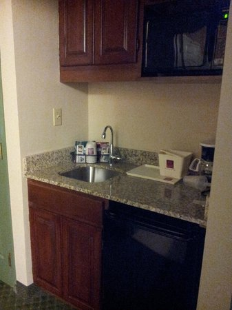 Comfort Suites Milwaukee Airport: kitchen area with coffe pot, microwave, fridge and sink