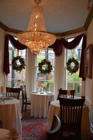 Justine Inn Savannah: Cozy dining room