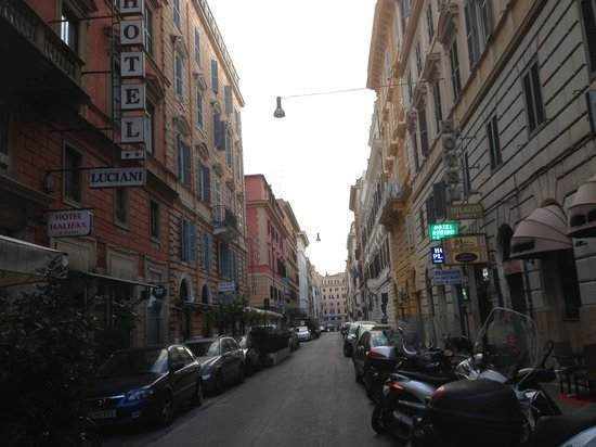 Hotel Luciani: Front street of hotel