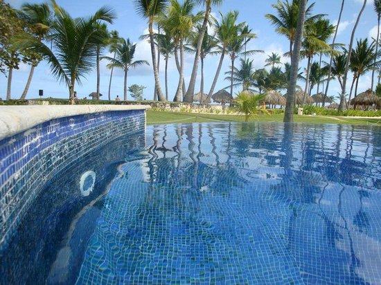 Iberostar Grand Hotel Bavaro: Vista da piscina para a praia