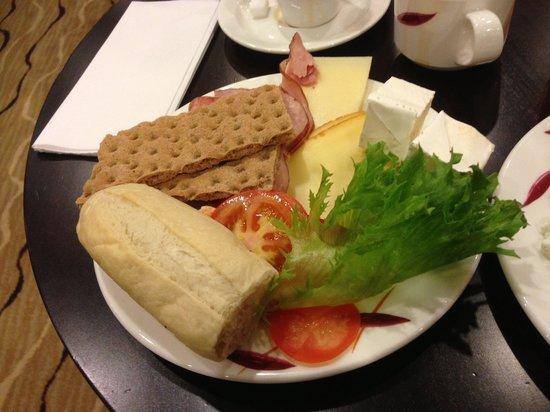 Holiday Inn Helsinki West-Ruoholahti: Morning buffet