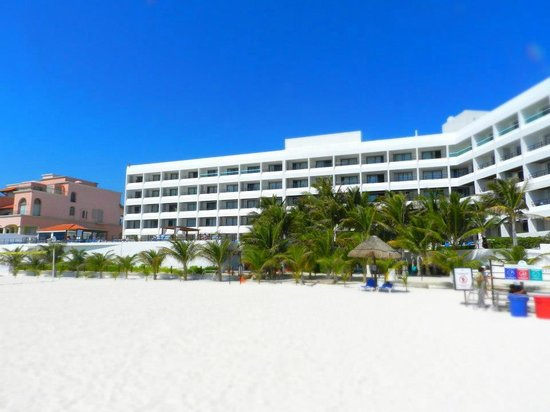 Flamingo Cancun Resort: ...visto dalla spiaggia...