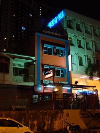Amigos KL Guest House: Amigos at night time