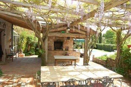 Guest House Villa La Camelia: forno e veranda esterna
