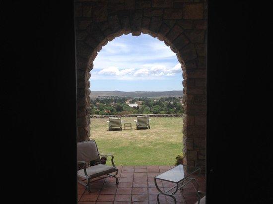Castillo de Mandl: Desde la recepcion. Esas dos reposares muy buenas para admirar el valle.