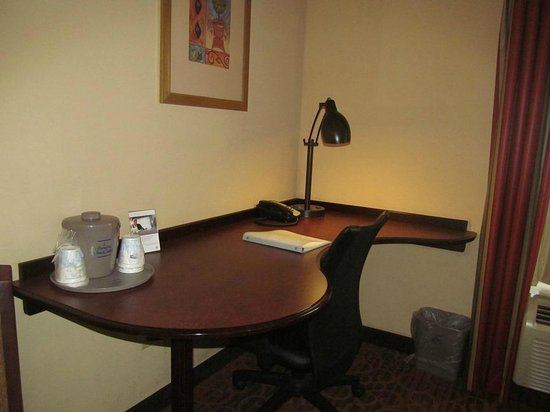 Hampton Inn & Suites Dothan: work station in room