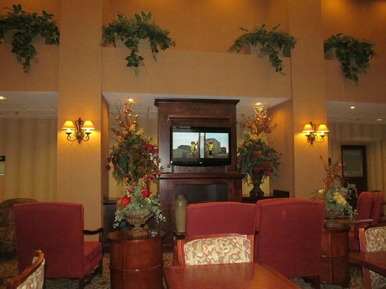Hampton Inn & Suites Dothan : Lobby/sitting area with TV
