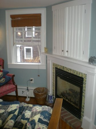 Revere Guest House: Bedroom w fireplace