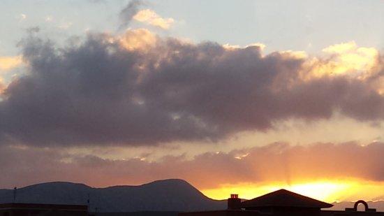 Sheraton Fuerteventura Beach, Golf & Spa Resort : puesta de sol desde la 440