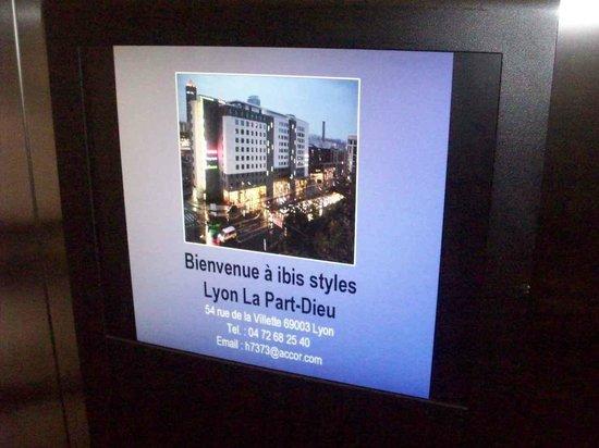 Ibis Styles Lyon La Part-Dieu : ASCENSORE CON SCHERMO