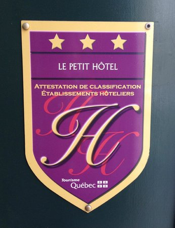 Le Petit Hotel : Plaque outside hotel