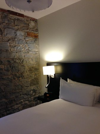 Le Petit Hotel : Original building wall in Room 204