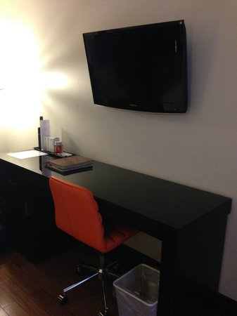 Le Petit Hotel : Flat screen TV in Room 204