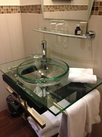 Le Petit Hotel : Gorgeous bathroom fixtures in Room 204. Excellent use of space.