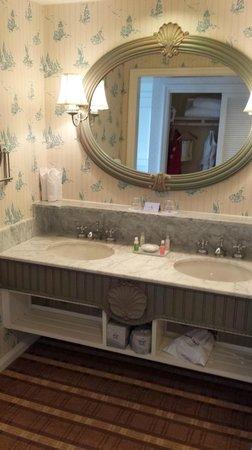 Disney's Beach Club Resort: Bathroom double sinks