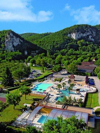 Vitrac, França: Parc aquatique avec piscine couverte chauffée. La plage sur la Dordogne est au pied des falaises