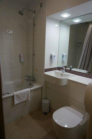 Premier Inn York City (Blossom St South) Hotel: Clean & bright bathroom