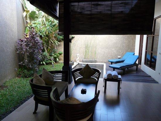 Ashoka Tree Resort Ubud: Terras tussen de betonnen muren.