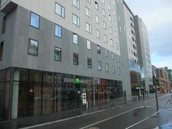 Ibis Styles Lyon Centre - Gare Part Dieu: View from the street