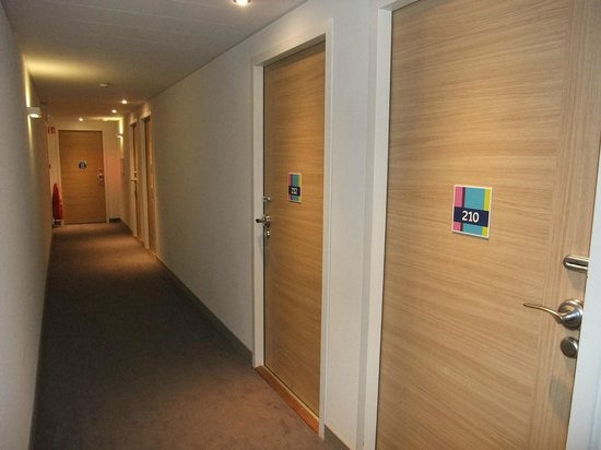 Ibis Styles Lyon Centre - Gare Part Dieu : Corridor leading to rooms