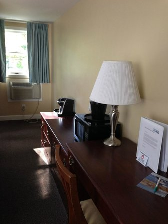 Cape Colony Inn : A/C, windows that open, coffee maker, microwave, big desk