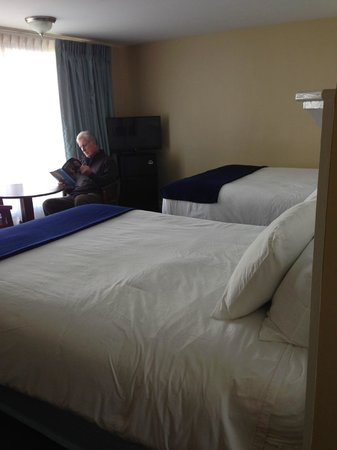 Cape Colony Inn: Very spacious room with big picture window