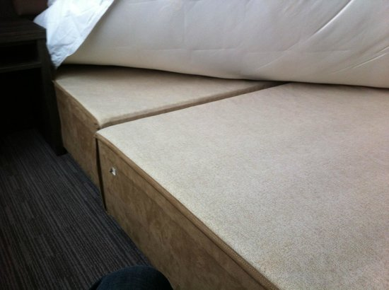 Hotel Lily London - Kensington/Earl's Court: Two wooden blocks, on which the mattress was lying