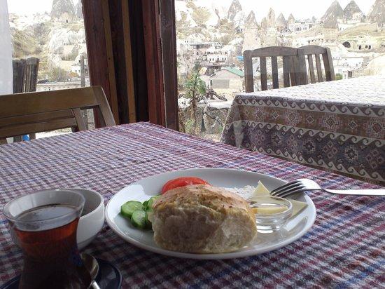 Panoramic Cave Hotel : ギョレメを眺めならの朝食