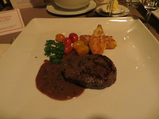 Royal Grill Room & Wine Cellar : Rindsfilet mit Pfeffersauce und Gnocchi