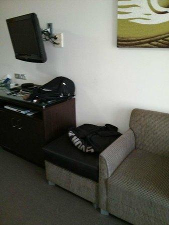 Hyde Park Inn : Tv e poltrona