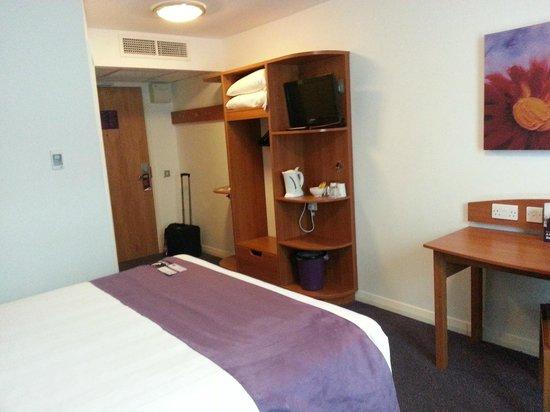 Premier Inn Barnsley Central M1 J37 Hotel: Room