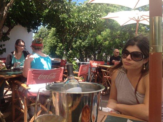 A la Pipetua!: Varanda do bar frente p o rio da prata mesas embaixo do garramanchão