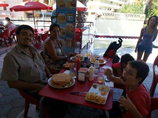 burguer Casablanca: Familia disfrutando