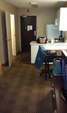 Extended Stay America - Los Angeles - Long Beach Airport: Kitchen and dining table