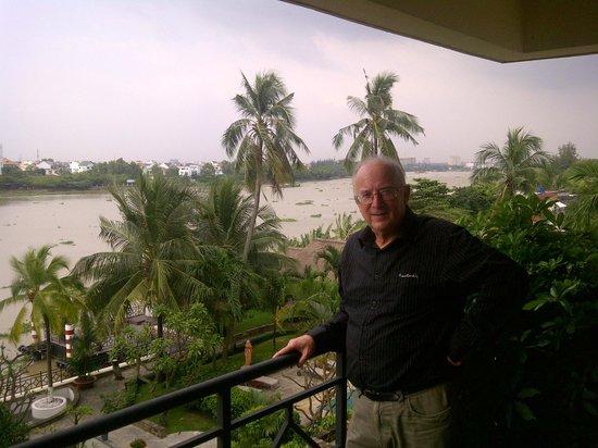 Saigon Domaine Luxury Residences: Balcony with view of Saigon River
