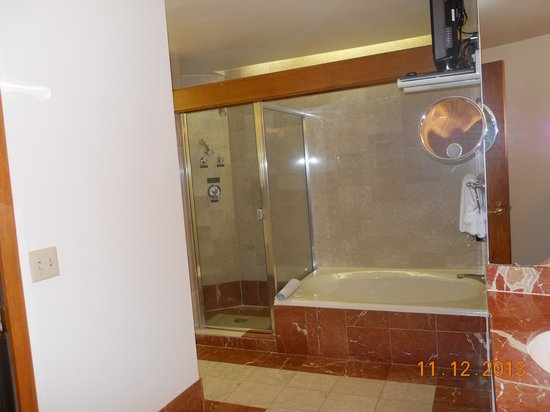 Haywood Park Hotel: Separate tub & shower