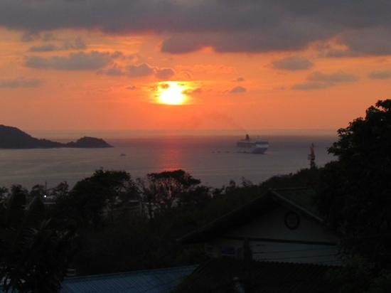 Prince Edouard Apartments & Resort: Cruise ship and sunset from balcony