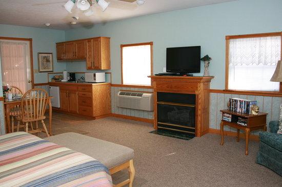 Hidden Acres: Cummington Cottage has a queensized bed, hot tub, flat screen TV aand a kitchenette.