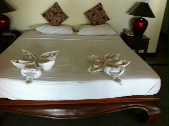 Prince Edouard Apartments & Resort : Beds with beautiful towel folding