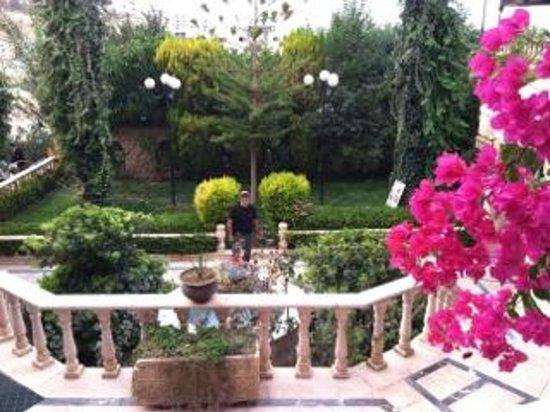 Amra Palace Hotel: Courtyard Entry