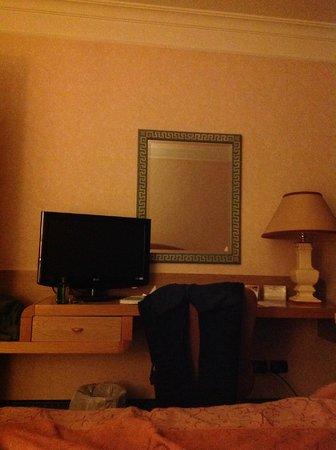 Perugia Plaza Hotel: scrivania e tv