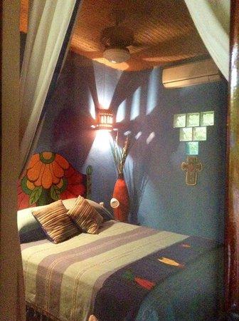 Roberto's Bungalows: The Azul Room/