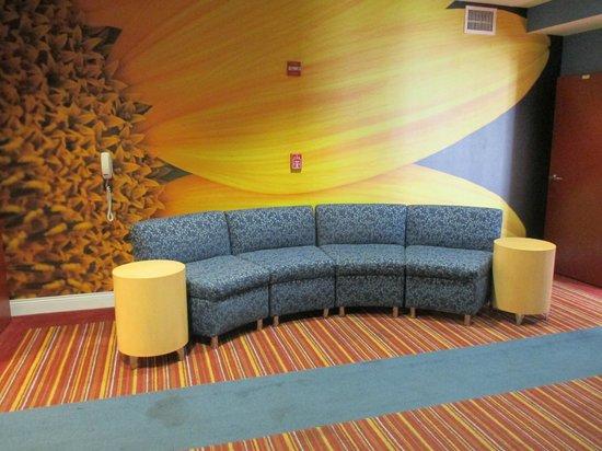 Hotel Indigo San Antonio Riverwalk: Elevator Waiting Area