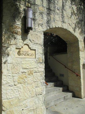 Hotel Indigo San Antonio Riverwalk: Entrance to Hotel from Riverwalk