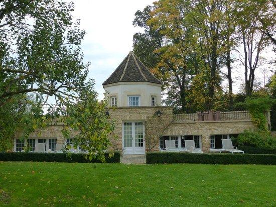 Villa Louise : Pavilhão com saunas e piscina no térreo e apartamento no 1º pavimento