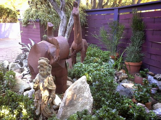 Hollywood Bed & Breakfast: front yard sculpture