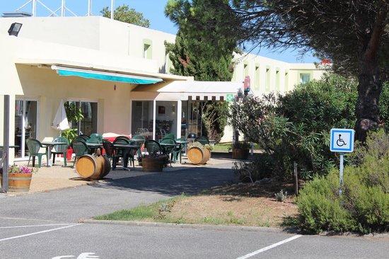 Ibis Carcassonne Est la Cite : Terrasse ombragée
