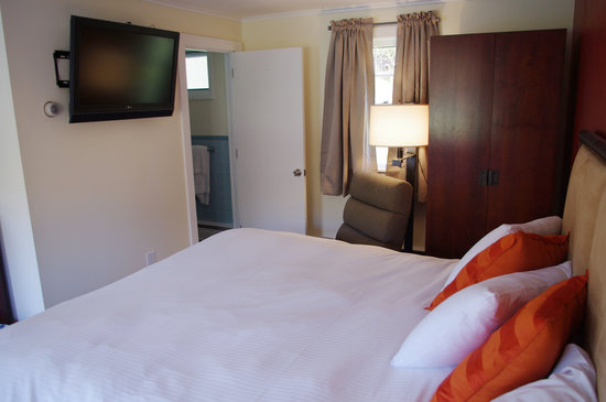 "Sleep Woodstock Motel: 37"" Flat Screen TVs w/Cable"