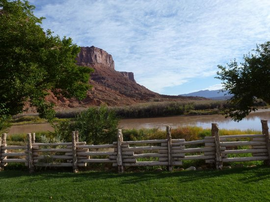Red Cliffs Lodge: Great place to relax and watch the river roll by